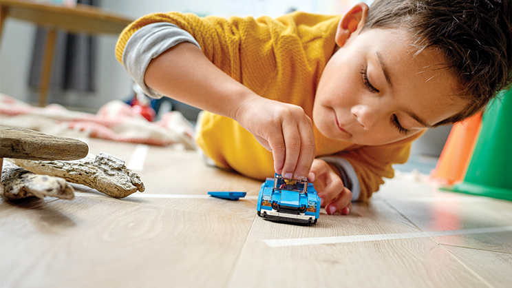 gutt leker med lego-bil