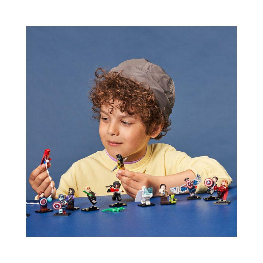 gutt leker med lego minifigurer marvel