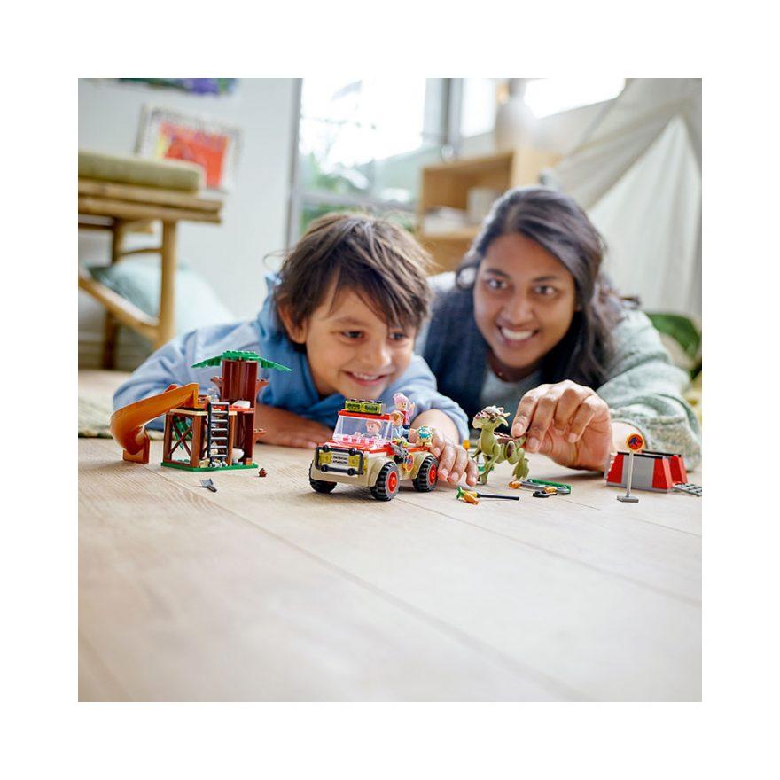gutt og dame leker med lego stygimoloch på rømmen